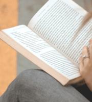 Une maman qui lit un livre